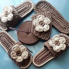 Original pattern Here: crochet Love Crochet, Diy Crochet, Crochet Crafts, Crochet Projects, Crochet Sandals, Knitted Slippers, Crochet Slippers, Crochet Flip Flops, Knitting Patterns