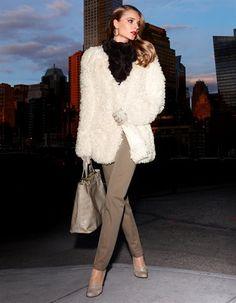 Jacke in Felloptik, Jeans mit Glitzersteinchen, Pumps im Budapester Style , Pelzschal aus echtem Kanin, Lederhandschuhe aus Lammnappa, Handtasche mit Krokoprägung