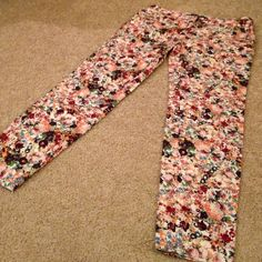 ZARA Basic Skinny Pants ZARA trousers with skinny leg style. Pretty floral design. Comfy fit and excellent condition! Zara Pants Trousers