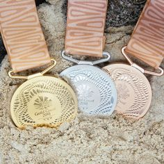 Athletes at this year's Commonwealth Games will be awarded medals designed by Australian artist Delevene Cockatoo-Collins, which each feature designs based on Queensland's Gold Coast shoreline. Commonwealth Games 2018, City Of Adelaide, Running Medals, Trophy Design, Olympic Gold Medals, Airlie Beach, Butterfly Wallpaper, Gold Coast, Australia