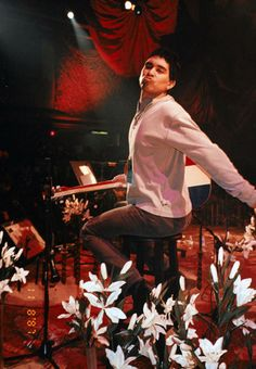 Pat Smear posing during Nirvana´s MTV Unplugged. November 18, 1993.