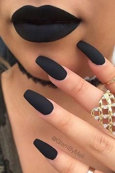 Before you book your next appointment with the nail salon, check out these 25 photos of black nail polish that are so chic! Chic Nails, Stylish Nails, Fun Nails, Pretty Nails, Dark Color Nails, Dark Nails, Nail Colors, Black Nail Polish, Black Nail Designs