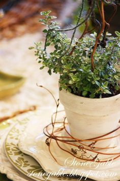 StoneGable: 5 tipp arra vonatkozóan, hogy tavasztól az asztalnál AND HOME Rosemary Herb, Beautiful Table Settings, Garden Theme, How To Get Warm, Growing Herbs, Edible Flowers, Vintage Country, Early Spring, Kraut