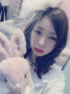 looks a little like a bride or something. I like it. Maybe I should have this makeup look for my wedding~