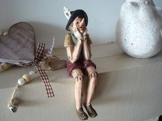 Charmante figurine en résine représentant un Pinocchio assis se tenant les joues, le tout façon bois dans un ersprit rétro.    Cet objet déco est à poser au bord d'une étagère.    Dimensions : 13.5 cm de haut    http://www.decoacoeur.com/deco-retro/1560-figurine-pinocchio-assis.html