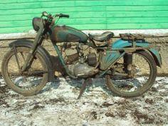 Это К-55 1957 года, последнего для этой модели. Это одноместный мотоцикл дорожного класса, который производился в течение 3 лет (с 1955 по 1957 годы) на заводе им. Дегтярёва в #Kovrov Мотоцикл легкий, всего 84 кг, двигатель 123 кубических сантиметра, мощность - 4.75 л. с., максимальная скорость 75 км/ч (довольно неплохо для того времени). Вообще завод специализируется на продукции оборонного назначения, но продолжает выпускать и мототехнику под брендом ЗиД. #retromoto Garage, Bike, Cars, Vehicles, Classic, Vintage, Old Bikes, Carport Garage, Bicycle