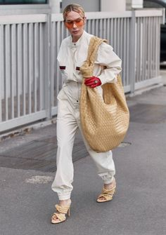 From shearling coats to enormous bags, these were the top street style trends spotted outside the Fall 2020 shows in New York, London, Milan and Paris. Top Street Style, Street Style Trends, White Dress Winter, Shearling Coat, Spring Outfits, Nice Dresses, Fashion Looks, Fashion Trends, Fashion Bloggers