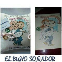 Porta alianzas personalizado pintado a mano a juego con la invitacion de boda que es una caratula de los novios