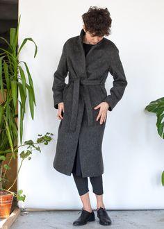Серое прямое пальто с ворсом