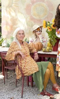 Young at Heart ~ age doesn't end beauty Fashion Over, Look Fashion, Mature Fashion, Estilo Hippie, Beautiful Old Woman, Aged To Perfection, Advanced Style, Ageless Beauty, Young At Heart