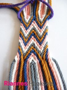 Ply split braiding tutorial in het Nederlands - Braids Tapestry Bag, Tapestry Crochet, Knit Crochet, Inkle Weaving, Weaving Yarn, Crotchet Bags, Knitted Bags, Mochila Crochet, Diy Friendship Bracelets Patterns