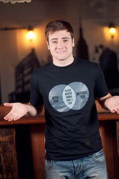 """T-shirt Bono Vox Dit rechte model T-shirt voor mannen is gemaakt van voorgekrompen ringgesponnen katoen en heeft een grafische weergaven van de U2 Song """"With or Without You"""". De hoge kwaliteit en goede verwerking zijn zichtbaar in de dubbele naden aan de mouwen en de zoom en de tweevoudig gelegde kraag in 1X1 ripp."""