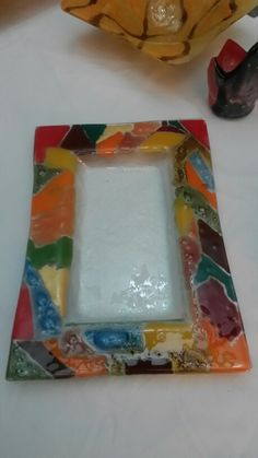 Bandeja de vitrofusion Fused Glass, Stained Glass, Glass Fusing Projects, Glass Tray, Bottle Crafts, Plastic Cutting Board, Mirrors, Picture Frames, Painting
