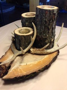 Antlers are woodland-inspired cool rustic pieces that bring coziness. Antlers make accessory holders and natural jewelry hangers. You can add some décor with diy decoration ideas using antler. Deer Horns Decor, Deer Decor, Deer Antlers, Rustic Decor, Deer Antler Crafts, Antler Art, Antler Centerpiece, Antler Decorations, Diy Decoration