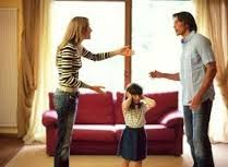 1. Een strijd in relatie is hier afgebeeld. Je ziet een kind met haar handen voir haar oren dus de mensen schreeuwen. 2. Op deze afbeelding wordt laten zien dat niet alleen de volwassenen last hebben van de ruzie die ze maken maar dat het schadelijk is voor het hele gezin. Het is dus eigenlijk een soort waarschuwing.