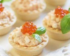 Mini-tartelettes à la mousse de thon, basilic et caviar rouge