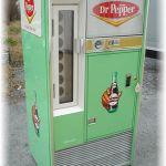 Vintage Retro Soda Machines Pepsi Coke Dr Pepper Bars and Booths Dr. Pepper, Soda Vending Machine, Coke Machine, Vending Machines, Vintage Advertisements, Vintage Ads, Vintage Signs, Vintage Tools, Vintage Antiques