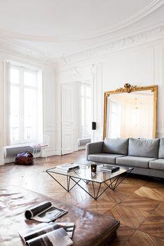Midt i den franske hovedstaden har to interiørdesignere skapt seg en lys og luftig base som rommer både jobb og hjem.