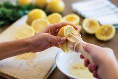 Découvrez cette astuce simple et naturelle à base de blanc d'œuf pour raffermir et améliorer l'aspect des paupières tombantes.