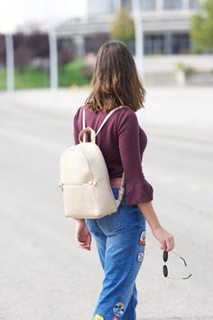 midilema.com | Backpack fever | Lucía Peris is wearing Topshop burgundy sweater, Zara patched jeans, Bissú cream backpack, Michael Kors golden watch, Mango rounded sunglasses, Dorothy Perkins shearling coat, Zara burgundy heeled ankle boots. Long bob hairstyle.