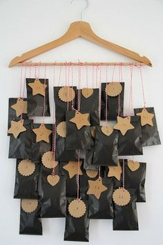 fabriquer calendrier de l'avent sacs noirs accrochés à un accroche vêtements
