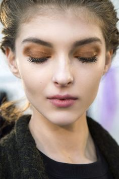 Who says you can't wear beauty looks straight off the runways? From moody lips to glittery lids, take a peek at our favorite makeup trends for fall 2016 AND learn how to do them. Makeup Trends, Beauty Trends, 2017 Makeup, Beauty Ideas, Beauty Tips, Sparkle Eye Makeup, Beautiful Brown Eyes, Beautiful Eyelashes, Fall Makeup