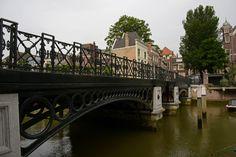 Nieuwbrug is een gietijzeren vaste brug over de Wijnhaven/Voorstraathaven in Dordrecht uit 1851. Rijksmonument