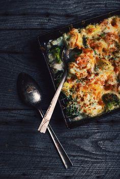 Vous avez froid et vous pleurez? Rien de mieux que ce gratin de chou-fleur, brocoli et fruits de mer pour vous réconforter. Il fond littéralement dans la b
