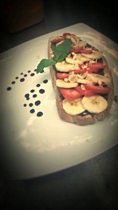 Tartine sucrée - strawberry, banana & nutella on french bread