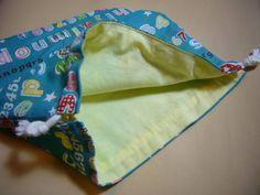 裏付きの巾着袋をきれいに作る方法についてのご質問をいただきましたので、 私のやり方をご紹介します。 こちらのお子様用お弁当袋を作る手順で以下ご紹介します。 それでは行ってみよー! 私は、同じサイズのものをたくさん作るので、写真のように型紙を作っています。 今回の型... Sewing Crafts, Sewing Projects, Diy Projects, Sewing Ideas, Handmade Purses, Diy And Crafts, Pouch, My Favorite Things, Fabric