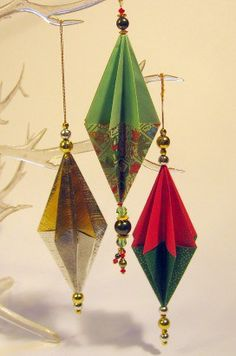 Procurando ideias para enfeitar a casa para o natal? Que tal esses enfeites de origami? Vão ficar lindos pendurados na árvore de natal ou complementando...