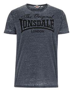 Das modische T-Shirt von Lonsdale sieht in der angesagten Burn Out-Optik nicht nur ansprechend aus, sondern bietet darüber hinaus einen sehr angenehmen Tragekomfort.  Material: 50% Baumwolle, 50% Polyester...