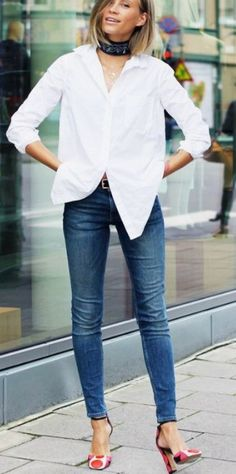 ab42f6d833 A white button-down shirt paired with skinny jeans