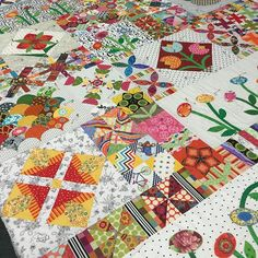 Jenny's finished @jenkingwell Green Tea & Sweet Beans quilt , she is busy pinning the quilt getting it ready to quilt Great work Jenny#patchwork #carolsofmidland #quilting