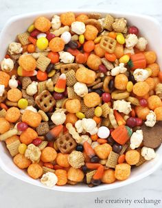 Halloween Snack Mix and DIY Wiggly Eye Buckets Halloween is just around the corner and I wanted to share this yummy Halloween snack mix recipe with that we made this weekend. I also wanted to share these easy DIY wiggly eye buckets that are Fall Snack Mixes, Snack Mix Recipes, Fall Snacks, Holiday Snacks, Quick Snacks, Fall Recipes, Holiday Recipes, Dog Food Recipes, Halloween Desserts
