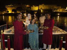 Cocina flotante en la cena en el Barco Gangoor en el lago Pichola