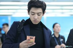 Chanyeol - 151029 Beijing Airport, departing for Incheon - 2/6 Credit: ChanBaekPeers. (베이징공항 출국)