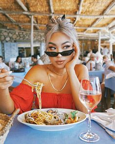 What's for lunch? Pic Pose, Picture Poses, Photo Poses, Restaurant Pictures, Portrait Photography Poses, Shooting Photo, Instagram Pose, Selfie Poses, Poses For Pictures