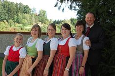 Bad Kreuzen: Vater Aschauer mit seinen fünf Damen bei der Silberhochzeit in Bad Kreuzen (Bild: Aschauer)