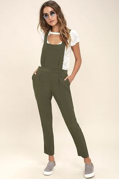 Just when you thought overalls couldn't get any cooler, the BB Dakota Kelly Olive Green Overalls came along! Soft and lightweight woven fabric shapes a bib front supported by adjustable straps that crisscross at back. Banded waist tops relaxed, tapered pant legs with front side seam pockets and welted back pockets. Hidden back zipper. Overalls Outfit, Jumpsuit Outfit, Bib Overalls, White Converse Style, Olive Jumpsuit, Spring Fashion 2017, Cute Outfits, Casual Outfits, Olive Green