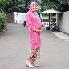 Lacing up over a baby bump.  Regram from @strasysty  #kebayainspiration #kebaya #Indonesia