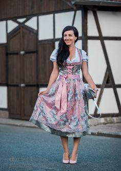 Wiesn Style Oktoberfest Outfit mit Dirndl von Krüger Dirndl in Rosa und Silber und Pumps