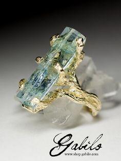 Кольцо с кристаллом аквамарина в золоте