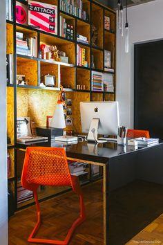 Esse escritório tem mesa e estante feitas com chapa de OSB e pintura preta.