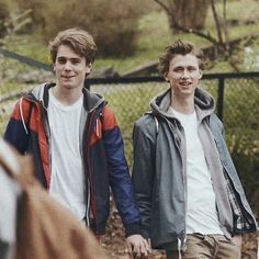 Discovered by Ange. Find images and videos about couple, gay and skam on We Heart It - the app to get lost in what you love. Skam Wallpaper, Trendy Wallpaper, Tumblr Gay, Movies Showing, Movies And Tv Shows, Henrik Holm Skam, William Skam, Skam Cast, Isak & Even