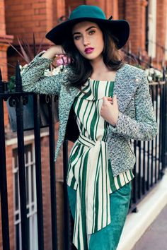 Are you under Looking for petite fashion advice? Check your wardrobe right now and make sure you have these 8 stylish petite staples. Minimalist Fashion Women, Fashion For Petite Women, Womens Fashion Casual Summer, Black Women Fashion, Fashion Tips For Women, Fashion Advice, Fashion Edgy, Sophisticated Fashion, Fashion Vest