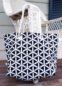 Design a roomy and classic tote that goes straight from the mall to the beach with this J Crew-Inspired Beach Tote Tutorial. A DIY tote that looks designer, this tote bag tutorial shows you how to create a classic and elegant bag that's perfect for s Bag Patterns To Sew, Sewing Patterns Free, Free Sewing, Beach Bag Patterns, Diy Tote Bag, Tote Bags, Duffle Bags, Sew Bags, Diy Sac
