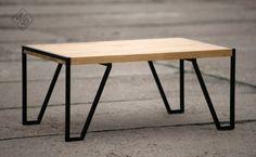 """Stolik kawowy/ława Konstrukcja z profili stalowych  20×20 mm, lakier proszkowy Projekt opierający się na liniach prostych, z zaznaczeniem układu zamkniętego każdej z nód, które harmonijnie """"wrośnięte"""" w blat tworzą całość  Blat dębowy grubości 40 mm, klejony z lameli, lakier po..."""