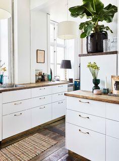 Køkkenet er indrettet med elementer og bordplade fra Ikea og greb fra Superfront. Ikea Kitchen, Kitchen Interior, Kitchen Decor, Kitchen Cabinets, White Space, First Home, Beautiful Kitchens, Home Kitchens, Interior Design