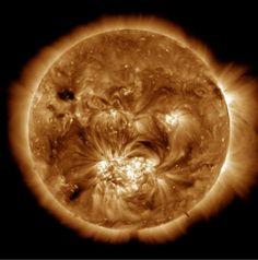 Il Sole è costituito da gas ad alte temperature, molto maggiori nella sua parte più esterna denominata corona, nella quale possono raggiungere milioni di gradi celsius. La nostra stella, fondamentale per la vita sulla Terra, invia continuamente non solo verso di noi ma in ogni direzione dello spazio energia sotto forma di raggi X e onde radio. Questo vento solare normalmente viene deviato dal campo magnetico della Terra che esercita uno scudo di protezione a nostro favore.